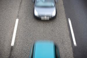Das hintere Auto hält den Abstand zum vorausfahrenden nicht ein