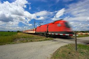 Nicht nur am Andreaskreuz sondern an jedem Bahnübergang gelten besondere Regeln.
