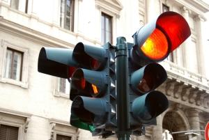Anhörung im Bußgeldverfahren: Eine rote Ampel zu überfahren, kann zu einer solchen führen.