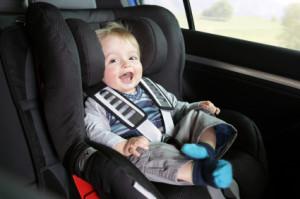 Auch für Kinder besteht eine Anschnallpflicht. Zusätzlich muss bis zum vollendeten 12. Lebensjahr ein Kindersitz benutzt werden.