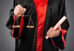 Um den Anspruch auf Schmerzensgeld durchzusetzen, kann ein Anwalt helfen.
