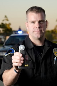 Polizist mit Atemakoholtest