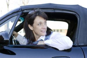 Ein Auffahrunfall kann durch Unachtsamkeit im Straßenverkehr geschehen.