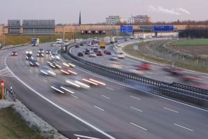 Eine Autobahn besteht in der Regel aus zwei Richtungsfahrbahnen und mindestens zwei Fahrstreifen.
