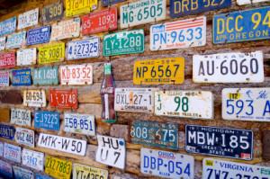 Ohne Autokennzeichen darf ein Fahrzeug nicht in Betrieb genommen werden. Der Halter muss es bei der zuständigen Zulassungsbehörde anmelden.