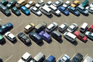Schlagen Autofahrer die Autotür gegen ein anderes Auto, begehen sie Fahrerflucht, wenn sie einfach wegfahren.