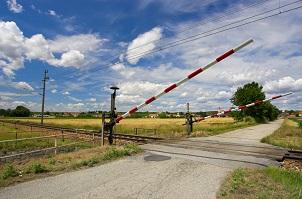 An einem Bahnübergang müssen Verkehrsteilnehmer besonders langsam heranfahren.