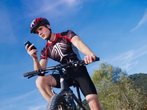 Wer erhält neben Autofahrern noch ein Bußgeld? Auf dem Fahrrad und auch bei Fußgängern werden Ordnungswidrigkeiten sanktioniert.