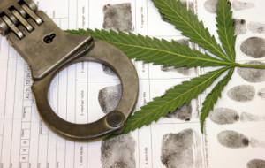 Eine zu hohe Dosierung von Drogen und Alkohol im Straßenverkehr gelten als Straftat