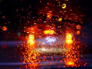 """Beim Fahren bei Regen kann """"Aquaplaning"""" auftreten"""