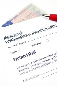 Fahrverbot und Führerscheinentzug können beide eine medizinisch-psychologische Untersuchung (MPU) nach sich ziehen, wenn an der Fahrtauglichkeit gezweifelt wird.
