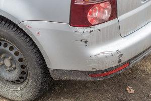 Ein fingierter Unfall ist ein Versicherungsbetrug.