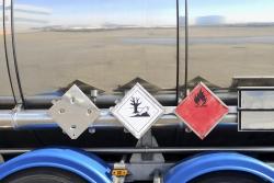 Das Gefahrgut wird in verschiedene Gefahrgutklassen eingeteilt. Für jede Klasse gibt es eine Warntafel.