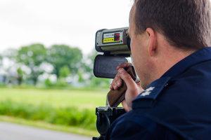 Die Geschwindigkeitsmessung der Polizei kann auch händisch gemacht werden.