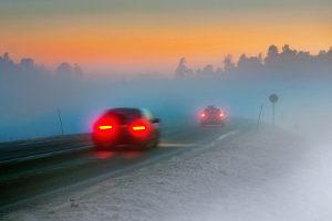 Für eine Geschwindigkeitsüberschreitung bei Nebel gelten nach dem Bußgeldkatalog eigene Sanktionen.