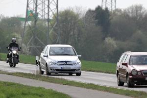 Auf der Landstraße können 20 km/h zu schnell fatale Folgen haben.