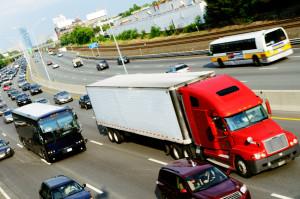 Bei einem Lkw wird das Bußgeld meist für Fahrer und Halter fällig.