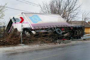Hält sich ein Lkw-Fahrer nicht an die maximale Geschwindigkeit, kann ein Unfall folgen