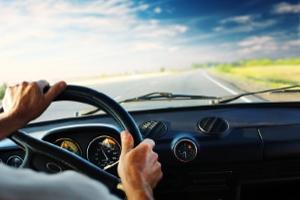 Beide Hände fest am Lenkrad verhindert, mit Handy geblitzt zu werden.