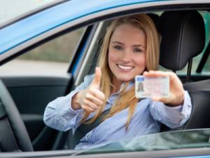 Eine Fahranfängerin mit Probezeit-Führerschein