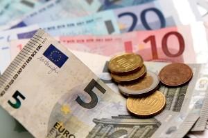 Wer das Rechtsfahrgebot missachtet, muss mit Geldstrafen und Punkten in Flensburg rechnen.