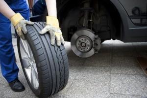 Der Reifen wird in der Regel in einer Werkstatt gewechselt.