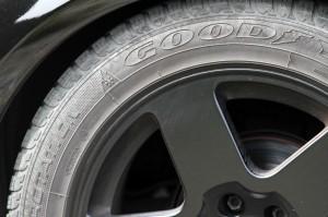 Eine Reifenbeschriftung ist auf jedem Autoreifen zu finden. Jeder Buchstabe und jede Zahl haben eine bestimmte Bedeutung.