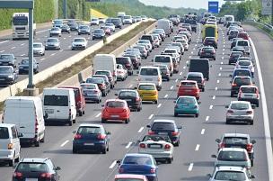 Wo wird die Rettungsgasse auf einer dreispurig befahrenen Straße gebildet?