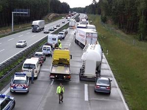 Bei dichtem Verkehr, Stau oder einem Unfall ist laut Gesetz eine Rettungsgasse zu bilden.