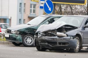 Bei einem Totalschaden besteht der Schadensersatz darin, das beschädigte Auto komplett zu ersetzen.
