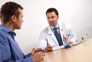 Haben Sie nach einem Unfall Schmerzen, gehen Sie unbedingt zum Arzt. Eventuell besteht ein Anspruch auf Schmerzensgeld.