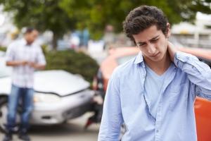 Schmerzensgeld beantragen Sie bei der Versicherung des Unfallverursacher oder diesem selbst.