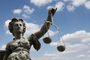 Schmerzensgeld einklagen: Suchen Sie sich die Hilfe eines Anwalts.