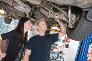 Bevor oder kurz nachdem der TÜV abgelaufen ist, sollten Kfz-Fahrer zur TÜV-Untersuchung