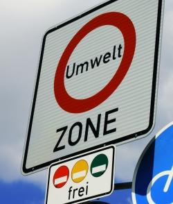 Ein Verkehrszeichen kennzeichnet die Umweltzone