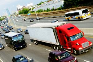 Ist ein Lkw beteiligt, sind Unfälle auf der Autobahn meist besonders verheerend.