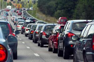 Ein Unfall auf der Autobahn kann zu einer Staubildung führen.