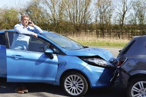 Unfall mit dem Firmenwagen: Wer zahlt, ist abhängig davon, wie viel Schuld der Fahrer trägt.