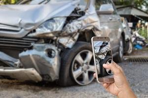 Neben dem Unfallbericht sollten Sie nach einem Verkehrsunfall Fotos anfertigen.