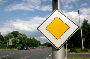 Dieses Verkehrsschild sagt Ihnen, dass Sie sich auf der Vorfahrtsstraße befinden.